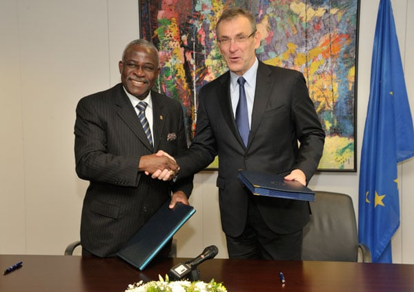 Commissioner Andris Piebalgs and IFAD President, Kanayo F. Nwanze, sign the EU-IFAD memorandum of understanding © European Commission