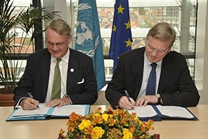 UN Women Deputy Executive Director John Hendra (left) and European Commissioner Stefan Füle (right) sign the contribution agreement for the new joint regional programme Spring Forward for Women. Photo credit: EU/Georges Boulougouris